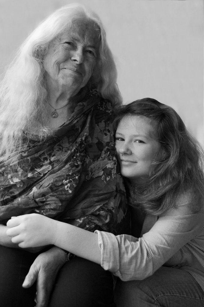 Photo-intergenerationnelle-Mamie-Grand-mere-petite-fille-Mathilde-Parquet
