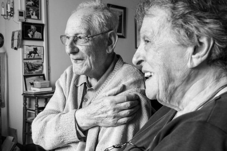 deux-vieux-rigolent-ensemble