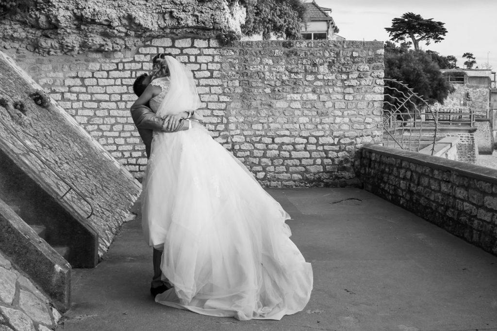 Marié-dans-ses-bras-la-mariée