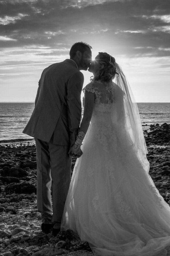 Mariés-baiser-palge-coucher-de-soleil