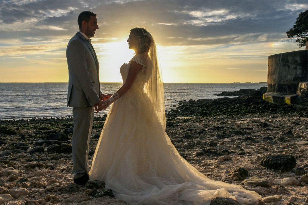 mariés-coucher-de-soleil-océan-mer-plage