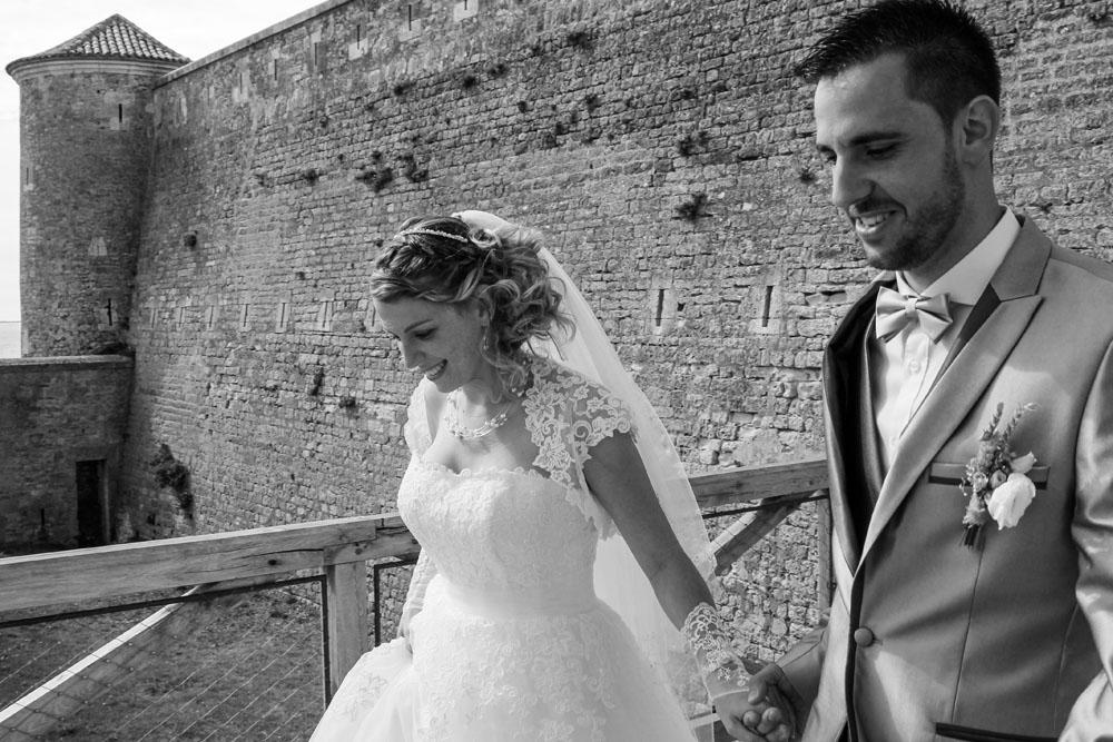 mariés-se-tenant-la-main-chateau