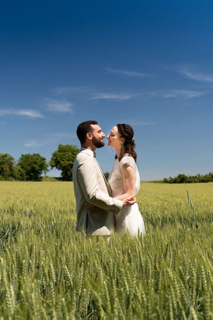 photo-couple-marié-champ-de-blé