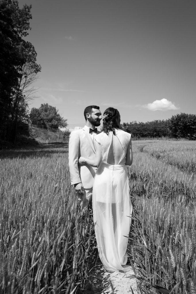 photo-couple-mariage-champs-de-blé