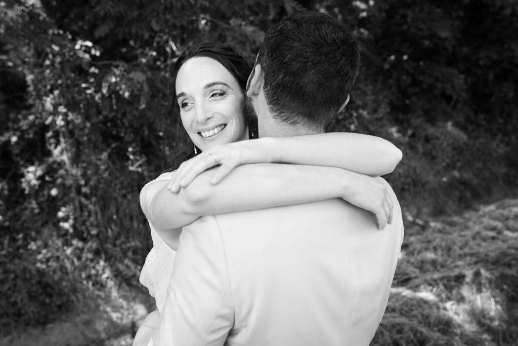 mariée-sourire-bras-dans-les-bras