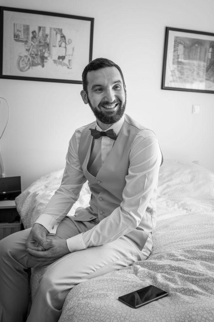 Marié-habillé-préparatif-sourire-noir-blanc