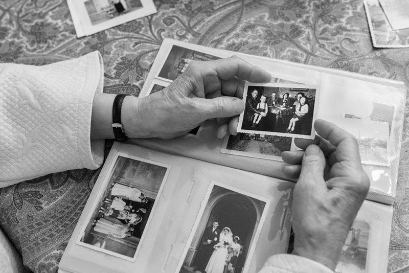 mains-tenant-vieille-photo-noir-et-blanc